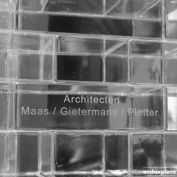 Crystal Houses Amsterdam - glazen baksteen met vermelding architecten